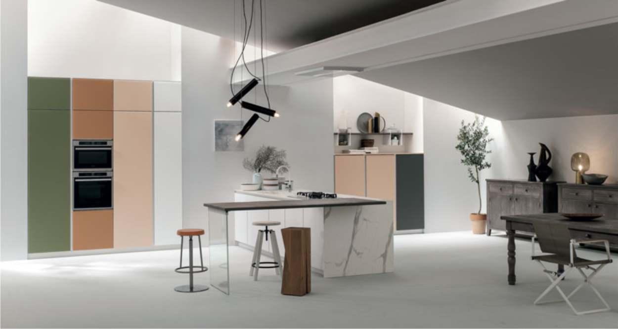 mobili in legno e cucina laccata